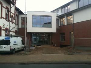 Blick auf den neuen Eingang der Gemeindeverwaltung Alpen